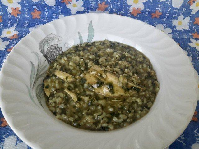 Kuvano sveže zelje sa piletinom i pirinčem