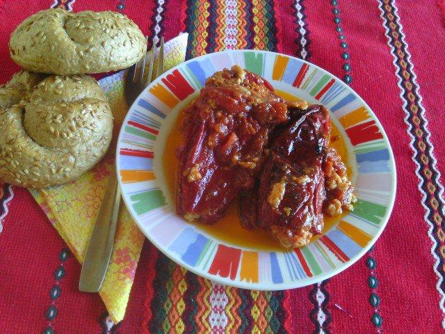 Paprike punjene jajima, sirom i paradajz sosom