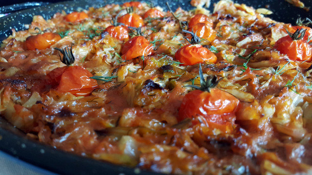 Svež kupus sa paradajzom i mirođijom