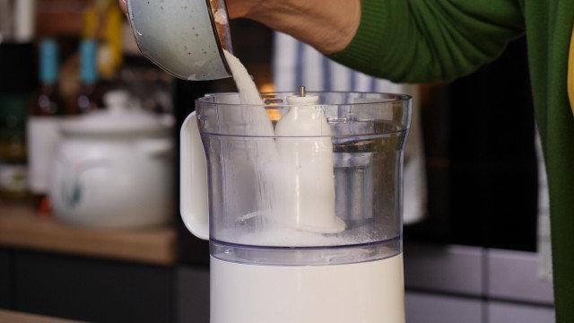 Ceđeno kiselo mleko sa šećerom, mentom i jagodama