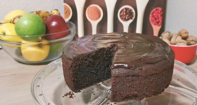Čokoladni kolač sa čokoladnom glazurom