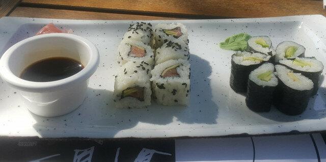 Suši sa lososom i avokadom